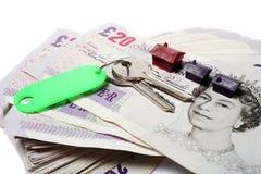 Britse ponden sleutels en huizen Stock Foto's