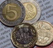 2 Britse Pondmuntstuk en 10 Zloty in twee Vijf Zloty Muntstuk A Royalty-vrije Stock Afbeeldingen