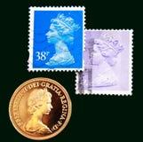 Britse purpere en blauwe zegels met portret van Elizabeth II en Australische Gouden soeverein van 1980 op zwarte achtergrond Stock Foto