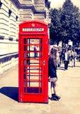 Britse rode telefooncel dichtbij de buispost van Westminster, Londen Royalty-vrije Stock Foto