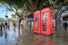 Britse rode telefoondozen op Gibralta Stock Foto