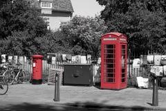 Britse telefoondoos en postbus stock foto's