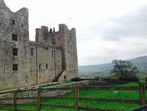 Britse van het kasteellandschap de lente foggy/heuvel/bewolkte/romantische rust Stock Afbeelding