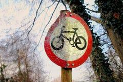 Britten & x22; Geen Cycling& x22; teken met korreltekens van wordt gebruikt als het doelpraktijk van het luchtkanon royalty-vrije stock afbeeldingen