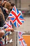 Brittflaggor som vinkar i en folkmassa Arkivbild