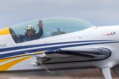 Brittisk aerobatic pilot Mark Jefferies som flyger ett enkelt aerobatic flygplan VH-IXN för motorextrahjälp 330LX royaltyfri bild