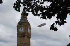 Brittisk aerostat över London nära Big Ben arkivfoto