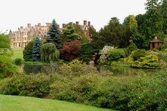 Brittisk herrgård med trädgårdar Royaltyfri Foto