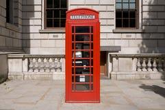 brittisk klassisk röd telefon för ask Arkivfoto
