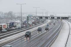 Brittisk motorway M1 under snöstorm Arkivbild