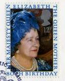 Brittisk portostämpel som firar minnet av drottningmoder`en s 80th Birt Arkivbild