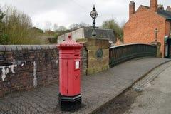 Brittisk röd postbox Arkivfoto