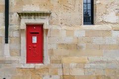 Brittisk stolpeask i en vägg Royaltyfria Bilder