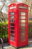 Brittisk telekomtelefonask nära en parkera i London Arkivbild