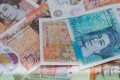 Brittiska bancknotes stänger sig upp, inklusive 5 pund anmärkning, 10 pund anmärkningar, 20 pund ett pund sterlinganmärkningar Royaltyfri Fotografi