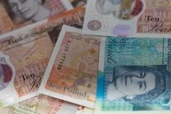Brittiska bancknotes stänger sig upp, inklusive 5 pund anmärkning, 10 pund anmärkningar, 20 pund ett pund sterlinganmärkningar Royaltyfria Foton