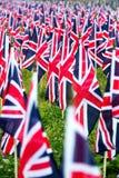 Brittiska Förenade kungariket UK flaggor i rad med den främre fokusen och ytterligare bort symbolerna som är oskarpa med bokeh Fl Fotografering för Bildbyråer