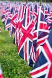 Brittiska Förenade kungariket UK flaggor i rad med den främre fokusen och ytterligare bort symbolerna som är oskarpa med bokeh Fl Arkivfoton
