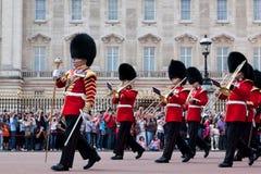 Brittiska kunglig personvakter, den militära musikbandet utför ändra av vakten i Buckingham Palace Royaltyfri Foto