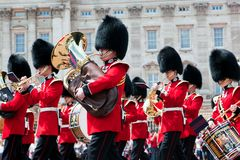 Brittiska kunglig personvakter, den militära musikbandet utför ändra av vakten i Buckingham Palace Royaltyfria Foton