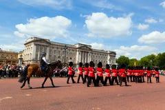 Brittiska kungliga vakter utför ändra av vakten i Buckingham Palace Arkivfoto