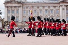 Brittiska kungliga vakter utför ändra av vakten i Buckingham Palace Royaltyfri Fotografi