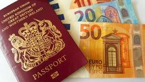 Brittiska pass- och eurosedlar arkivfoton
