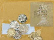 Brittiska pund och stämpel Arkivfoto
