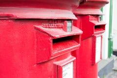 Brittiska röda postaskar Royaltyfri Foto
