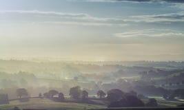 Brittiskt bygdlandskap i morgonmist arkivfoto