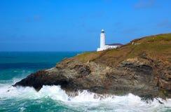 Brittiskt fyrTrevose huvud norr Cornwall mellan Newquay och Padstow UK varningsskepp av den farliga kusten i rika färger Arkivbild