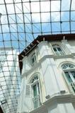 Brittiskt kolonialt hus med halv cirkelfrans Windows royaltyfri foto