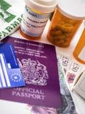 Brittiskt pass och europeiskt vård- kort tillsammans med flera kapslar, begrepp av det medicinska priset i krisen av Brexit royaltyfri bild