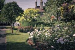 Brittträdgård och hus Royaltyfri Bild