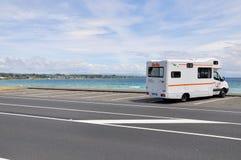 Britz campervan geparkeerd omhoog het overzien Meer Taupo, Waikato, Nieuw Zeeland royalty-vrije stock fotografie