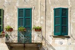 BRIVIO, ΙΤΑΛΊΑ ΕΥΡΏΠΗ - 18 ΣΕΠΤΕΜΒΡΊΟΥ: Κλείνω με παντζούρια παράθυρα σε ένα Bui στοκ φωτογραφίες