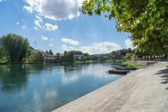 BRIVIO, ITALIEN EUROPA - 18. SEPTEMBER: Boote festgemacht auf dem Fluss Lizenzfreies Stockfoto