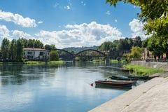 BRIVIO, ITALIEN EUROPA - 18. SEPTEMBER: Boote festgemacht auf dem Fluss Lizenzfreie Stockbilder