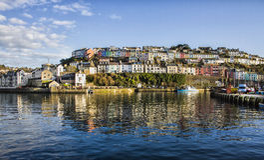 Brixham através do porto Imagens de Stock Royalty Free