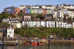 Brixham hamnhamn Devon England UK med färgade kulöra hus och fartyg Fotografering för Bildbyråer