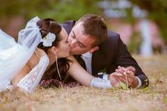 Bröllop sköt av brud och brudgum i park Fotografering för Bildbyråer