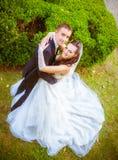 Bröllop sköt av brud och brudgum i park Arkivfoto