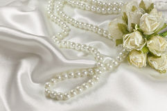 Bröllopbukett av rosor och den pärlemorfärg halsbandet Arkivfoton
