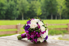 Bröllopbukett av vit- och blåttrosor Royaltyfri Fotografi