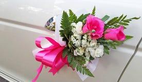 Bröllopcortegen, levererar brudgummen och bruden till bröllopplatsen Royaltyfria Bilder