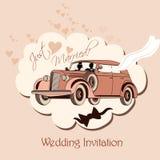 Bröllopinbjudan med den retro bilen, bruden och brudgummen att gifta sig precis Royaltyfri Foto