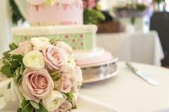 Bröllopstårta och bukett Arkivbilder