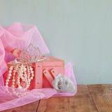Brölloptappningkronan av bruden, pärlor och rosa färger skyler gifta sig för trappa för stående för brudbegreppsklänning Selektiv Royaltyfria Bilder
