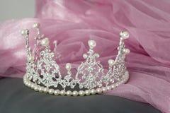 Brölloptappningkronan av bruden, pärlor och skyler Royaltyfri Fotografi
