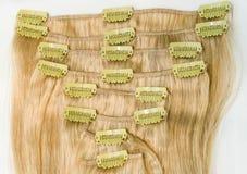 Brlonde-Klipp in der Haarerweiterung Stockbilder